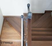 Деревянная лестница с забежными, поворотными ступенями.