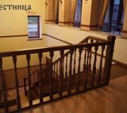 Деревянное ограждение на лестнице.