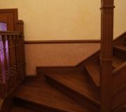Деревянная лестница с поворотными ступенями.
