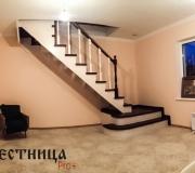 Деревянная лестница с подиумом и люком в подвал