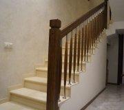 Деревянное ограждение по керамогранитной лестнице.