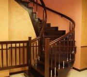 Облицовка бетонной лестницы. Дубовая лестница. Деревянное ограждение с хромированными трубками.