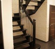 Деревянная лестница, открытая, воздушная. Лестница на второй этаж в частном доме.