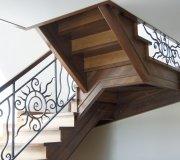 Деревянная лестница на второй этаж в коттедже.