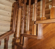 Деревянное ограждение по лестнице