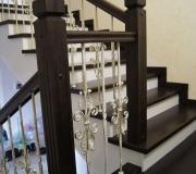 Лестница с коваными балясинами из холодной ковки.