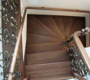 Деревянная лестница с пристенным поручнем