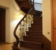 Дубовая лестница с резным столбом виде капли