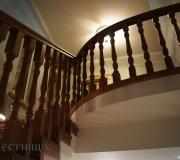 Деревянное ограждение на монолитной лестнице