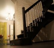 Деревянная лестница в загородном доме