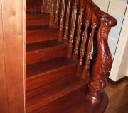 Деревянная лестница с резным столбом