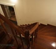 Лестница с гнутым деревянным поручнем