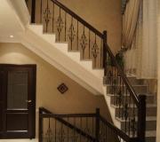 Кованное ограждение по гранитной лестнице. Металлические балясины окрашены в черную краску и золотым патинированием.