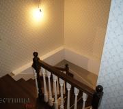 Деревянное ограждение на лестнице