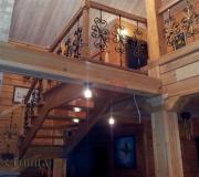 Деревянная лестница с коваными балясинами.