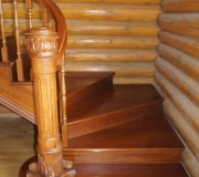 Лестница с резным столбом