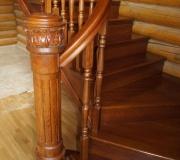 Дубовая лестница с гнутым поручнем