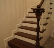 Деревянная лестница в загородном дома