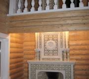 Деревянное ограждение второго этажа и красивый камин