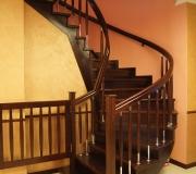 Лестница на второй этаж в загородном доме.