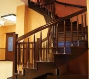 Облицовка монолитной лестницы дубом.