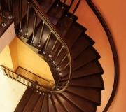 Винтовая монолитная лестница с облицовкой деревом.