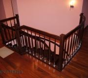 Ограждение на лестнице с комбинированными балясинами. Хром плюс дерево.