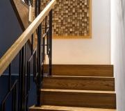 Лестница на металлическом каркасе с кованным ограждением. Натуральный дуб с брашировкой и серой патиной.