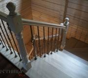 Дубовая лестница с металлическими балясинами.