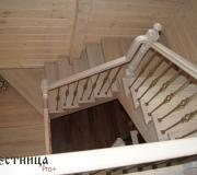 Лестница с ковкой в деревянном доме.