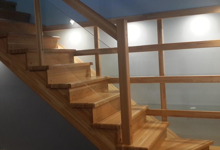 достоинства лестниц из лиственницы
