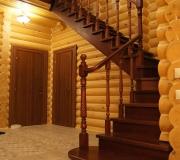 Деревянная лестница на второй этаж в частном доме.