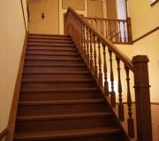 Лестница деревянная на второй этаж в загородном доме.