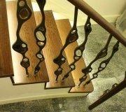 Дубовая лестница с металлическими балясинами. Железные балясины авторской работы.