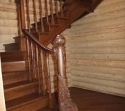 Деревянная лестница в деревянном доме