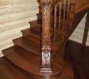 Резной столб на лестнице