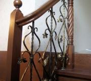 Ограждение по лестнице с металлическими балясинами