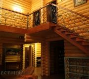 Деревянная лестница в частном доме