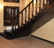 Лестница из дуба. Деревянная лестница на второй этаж с гнутым поручнем и фальшь косоуром.