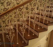 Дубовая лестница с коваными балясинами