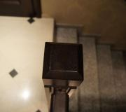 Деревянный поручень и столб ограждения на лестнице