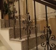Ограждение на лестнице с дубовым поручнем и металлическими балясинами