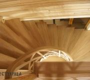 Деревянная лестница с поворотными - забежными ступенями на 180 градусов