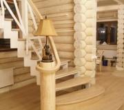 Металлическая лестница с дубовыми ступенями