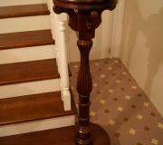 Начальный столб на лестнице изготовлен по эскизам дизайнера