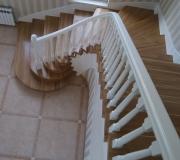 Лестница в частном доме с поворотом на 90 градусов