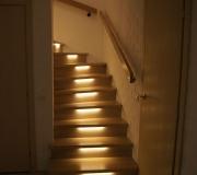 Металлическая лестница облицованная ясенем со светодиодной подсветкой.