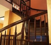 Лестница с гнутым поручнем.