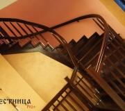 Лестница с гнутыми поручнями в трех плоскостях.