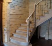 Лестница на второй этаж в частном доме.